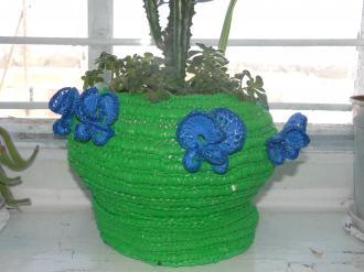 Кашпо з орхідеями-метеликами з пластикових пакетів